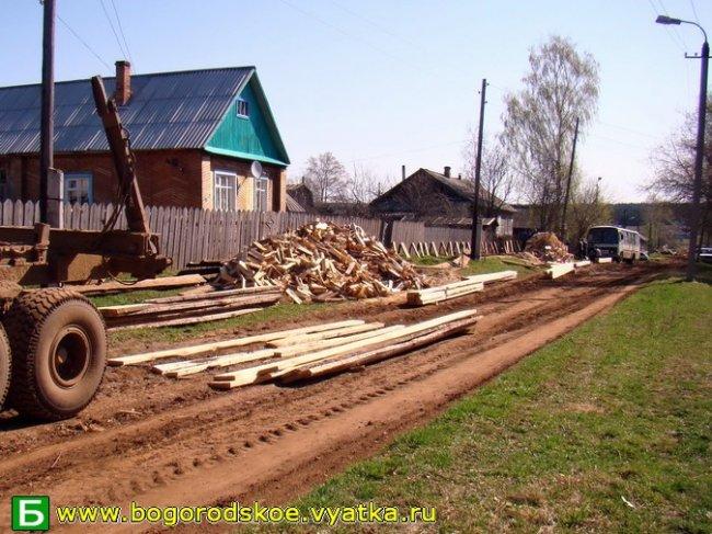10 мая послепраздничную утреннюю тишину жителей улицы Октябрьская разбудил рёв бензопил и стук молотков. Май 2009