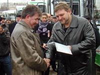 Комплекты документов на 24 новых автобуса вручил сегодня Губернатор Н.Ю.Белых представителям муниципальных образований.