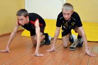 Олимпийские резервы тренируются в школьном коридоре...