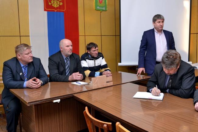 стоит: директор ООО «ГазЭнергоСеть Сургут» Казмалы Родион Константинови