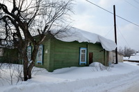 Снег, поехавший с крыши, удерживает растяжка на котельной!