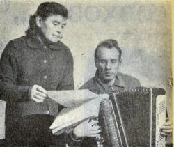 НА СНИМКЕ: репетиция. М. В. Калугина ведет разбор новой песни с баянистом А. В. Булатовым