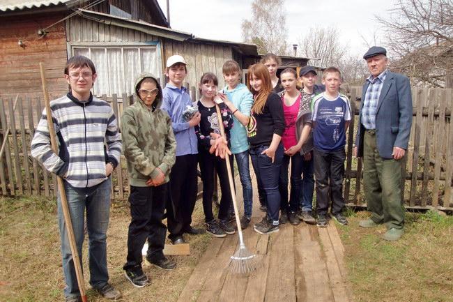 Команда «Друзья» 7 'б' класса помогли семье пенсионеров