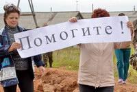 В п. Богородское жители с плакатом о помощи перекрыли дорогу.
