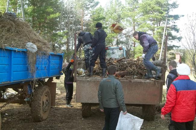 В Ухтыме дети с родителями у геронтологического отделения очистили сосновый бор